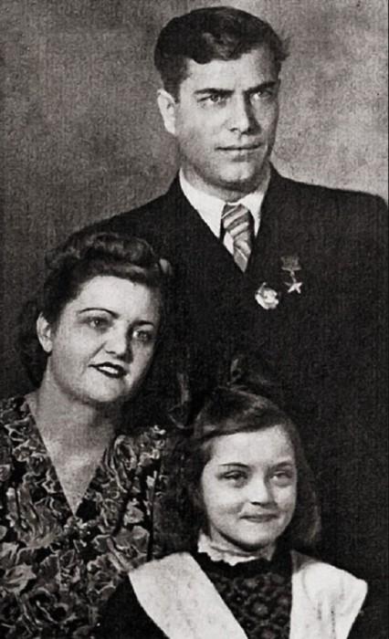 Юная Жанна со своими родителями – мамой Зинаидой Константиновой и отцом Андреем Ивановичем, который был Героем Советского Союза.