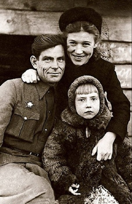 Будущая народная артистка СССР со своими родителями в 1948 году.