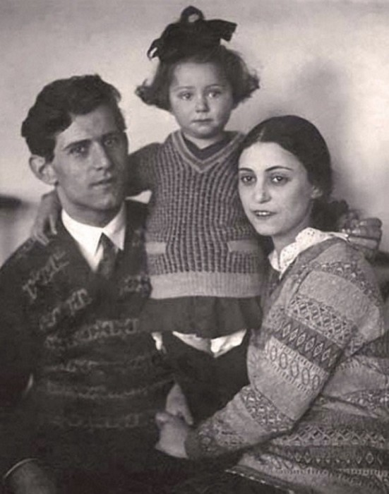 Юная представительница театральной династии Мессерер-Плисецких с папой Михаилом Эммануиловичем и мамой Рахилью Михайловной.