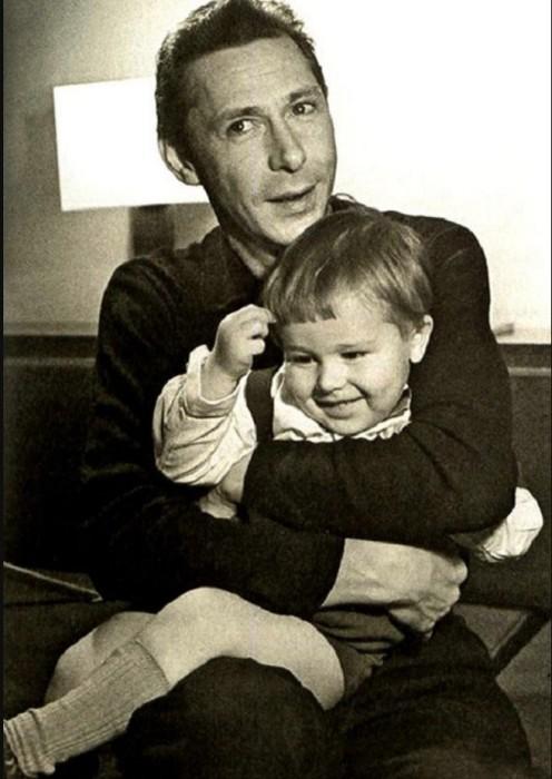 Будущий известный актер на руках у любящего отца - Олега Николаевича.