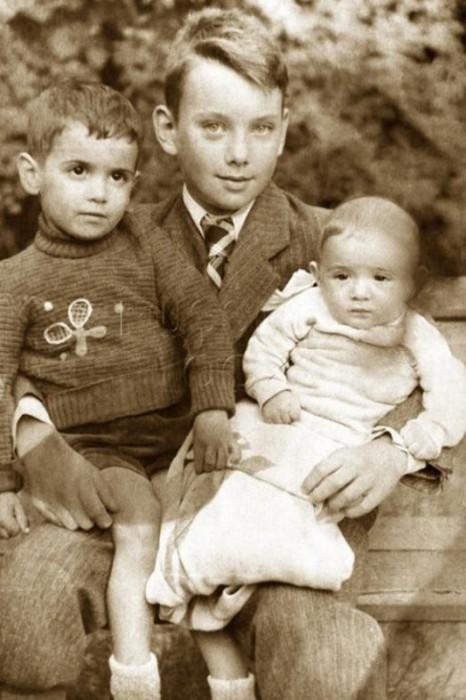 Детская фотография с младшими братьями – Михаилом и Борисом.
