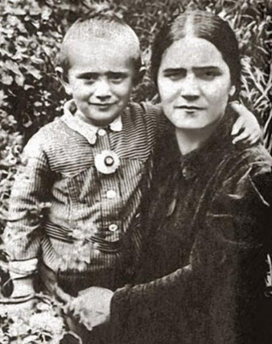 На снимке Армен запечатлен с матерью – Еленой Васильевной.