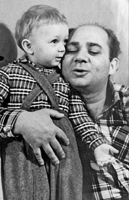 Семейная фотография с единственным сыном Андреем, который пошел по стопам отца.