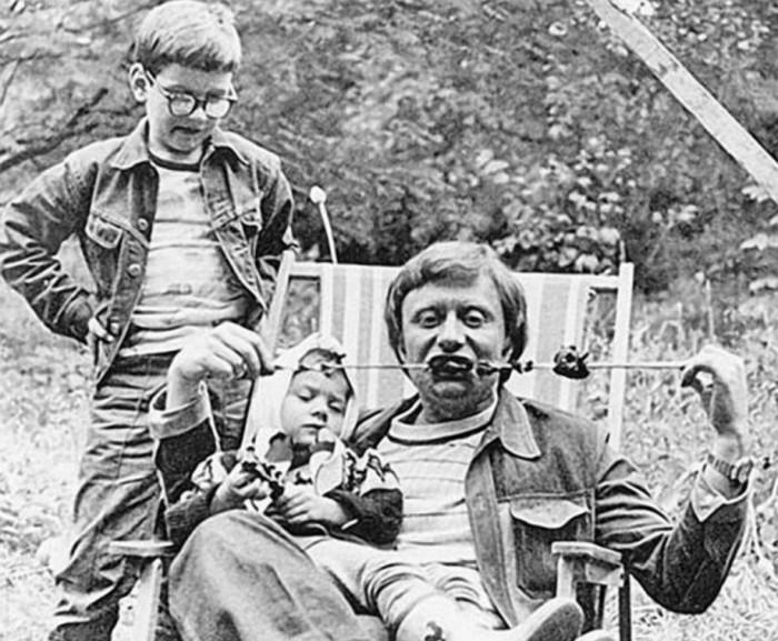 Советский актер театра и кино с дочерью Машей Голубкиной в 1976 году.