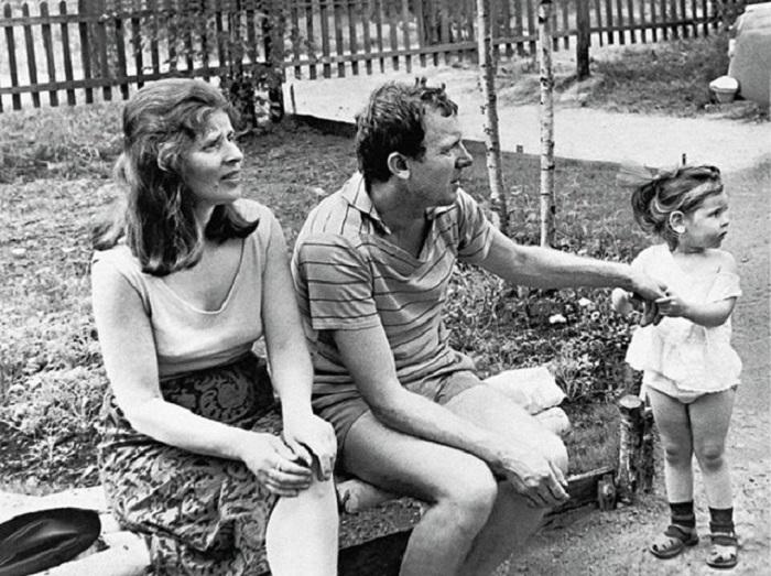 Русский актер с женой и дочерью Марией на даче в поселке Горьковский в 1967 году.