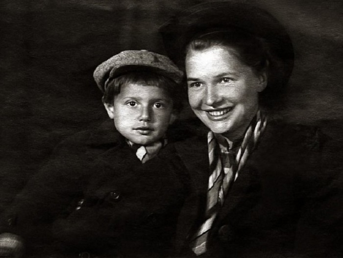 На фотографии из семейного альбома юный Александр запечатлен со своей мамой - Галиной Александровной.