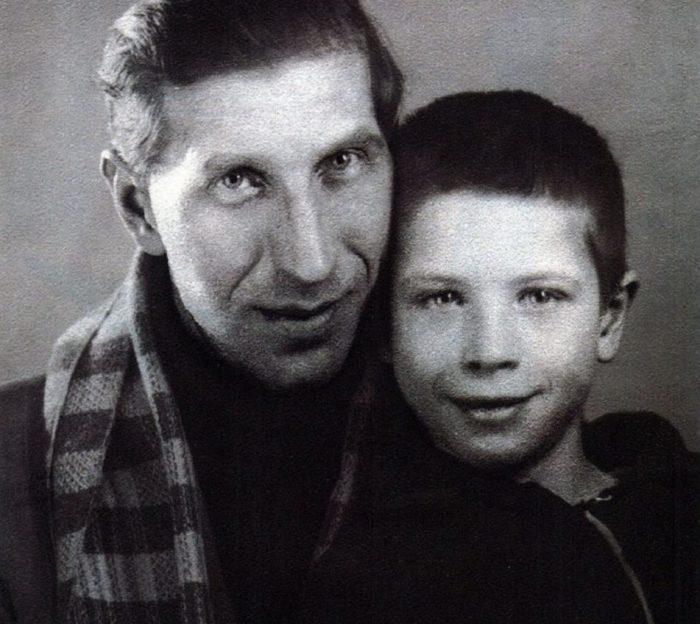 Советский комедийный актер с единственным сыном Юрием, который родился от первого брака с актрисой балета Алевтиной Ивановной Горинович.