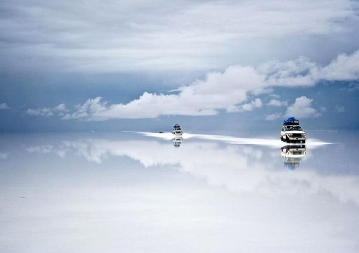 Двое суток подряд шел дождь в соленой пустыни в Боливии, вода перестала впитываться в соленую корку поверхности, и образовала идеальное зеркало, глубиной всего пару сантиметров. Фотограф - Guy Nesher.