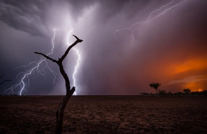 Оранжевый свет на горизонте это не рассвет или закат – это свет от горящих лесов. Фотограф - Pierre Destribats.
