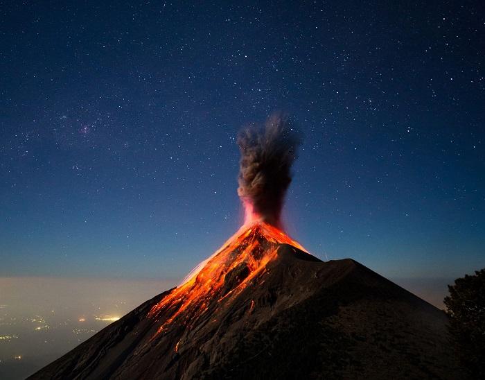 Фотограф - Andrew Shepard взобрался на соседнюю гору, чтобы сделать красивое фото спящего вулкана Агатенанго в Гватемале.