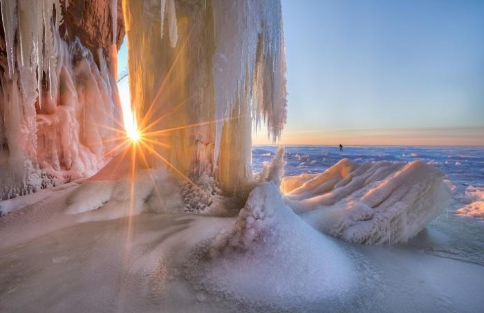Ледяные пещеры штата Висконсин в США. Фотограф - Ernie Vater.