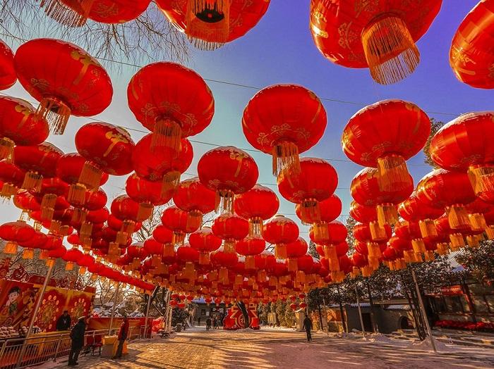 В праздник весны все семьи съезжаются вместе праздновать его и вывешивают тысячи красных фонарей в надежде, что следующий год будет лучше предыдущего. Фотограф - Yanming Qin.