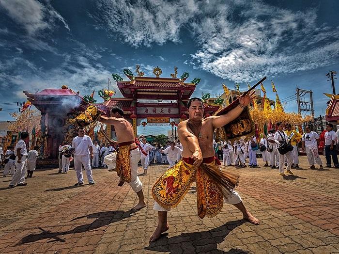 Бурные танцы в Таиланде во время Вегетарианского Праздника. Фотограф - Kampol Jindaprom.