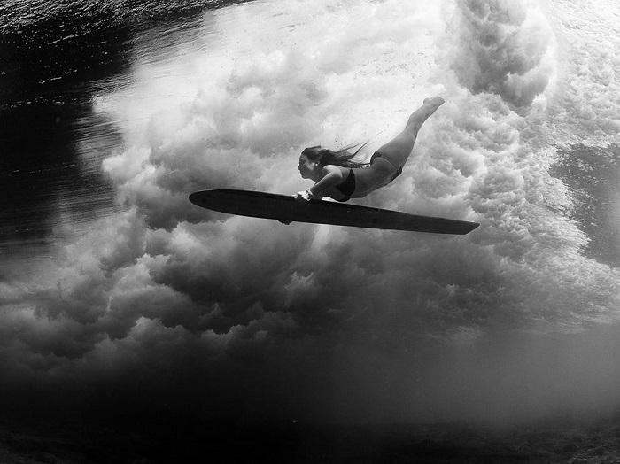 На Гавайях серферы не такие как везде, вместо того, чтобы скользить по великим волнам, они занимаются подводным плаванием с доской. Фотограф - Sarah Lee.
