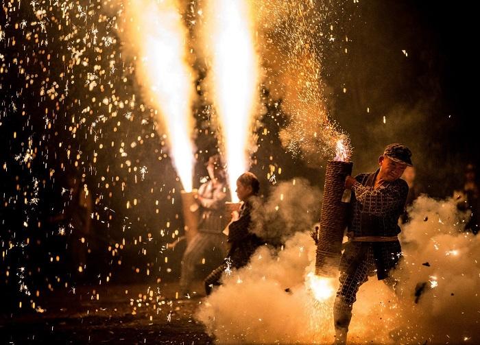 Каждый год в третью пятницу июля в Японии проводится фестиваль фейерверков. Фотограф - Hidenobu Suzuki.
