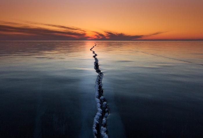 Разлом на озере Байкал на фоне заката. Фотограф - Alexey Trofimov.