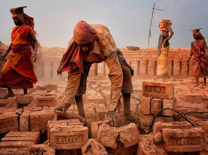 Суровые реалии Индии, где производства кирпича очень прибыльный бизнес и женщины работают наравне с мужчинами. Фотограф - Shibasish Saha.