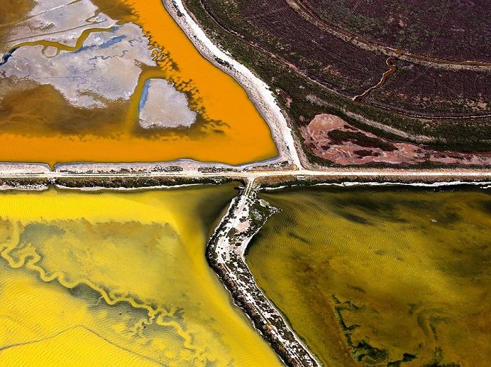 Солончаки в заливе Сан-Франциско на севере Калифорнии имеют разный химический состав, поэтому окрашивают свои воды в различные оттенки, создавая сюрреалистичную картинку. Фотограф - Jassen T..