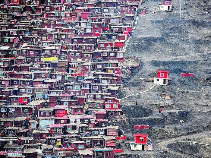 Общежития в тибетском монастыре, где учатся десятки тысяч будущих монахов. Фотограф - Jing Wei.