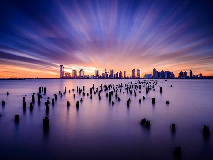 Даже в таком мегаполисе, как Нью-Джерси, можно найти место на рассвете, где городской пейзаж сможет соперничать с природным. Фотограф - Tsuyoshi Shirahama.