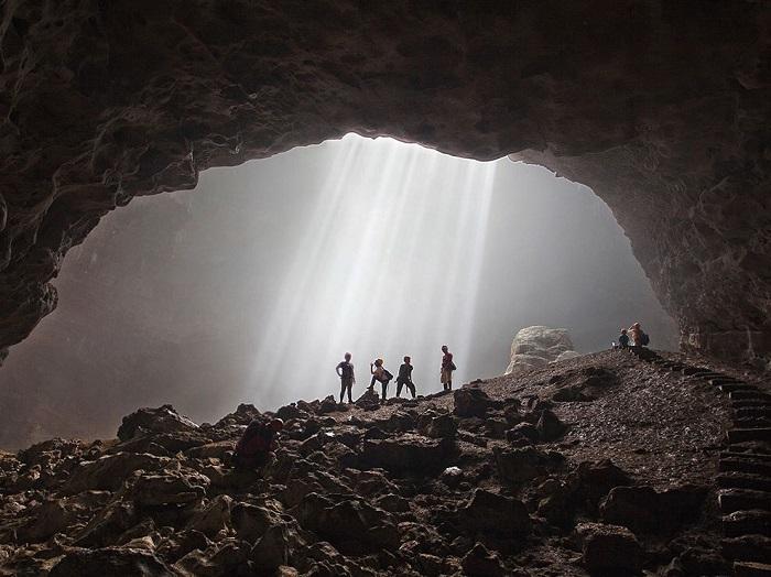Солнечные лучи попадают на дно пещеры в Индонезии только в середине дня, когда солнце стоит в зените, и зовут их здесь «светом с небес». Фотограф - Elena Bobrova.