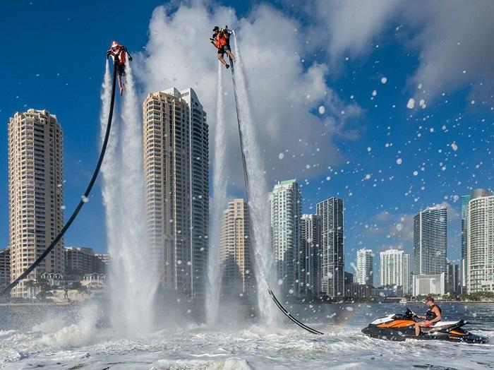 Очень популярное во Флориде развлечение – ранцы под давлением выбрасывают воду, заставляя взлетать над ее поверхностью на сумасшедшую высоту. Фотограф - George Steinmetz.