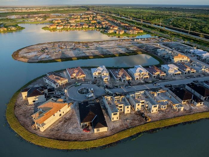 2100 миль таких каналов вдоль берега во Флориде. Так живут тысячи людей. Властям постоянно приходится поддерживать уровень воды насосами, так как эти строения находятся всего в 90 сантиметрах над уровнем моря и даже незначительные осадки могут все затопить. Фотограф - George Steinmetz.