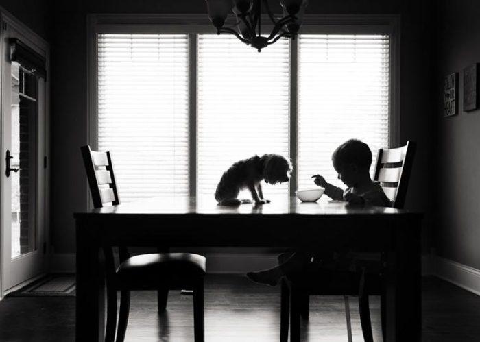 Малыш делится с другом свои сладким завтраком. Фотограф: Карен Осдейк, США.