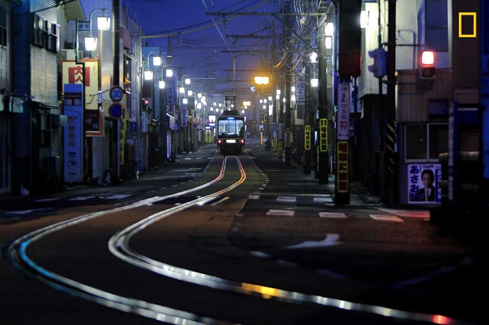 Автор снимка «Первый трамвай на улице» - японский фотограф Хидэюки Катагири (Hideyuki Katagiri).