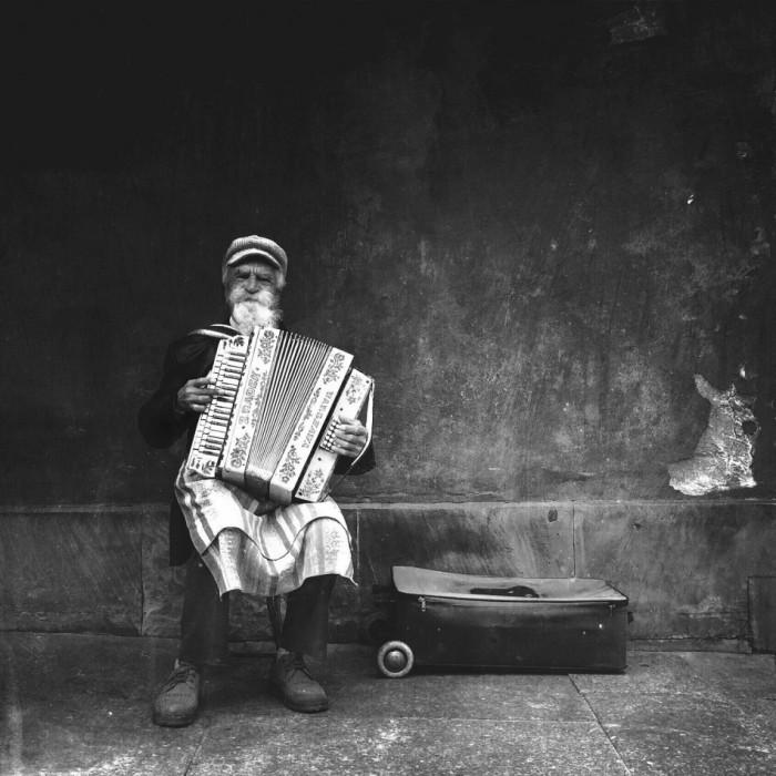 Аккордеонист, исполняющий традиционные польские композиции, Варшава. Фотограф Михаль Королевски (Michal Koralewski).