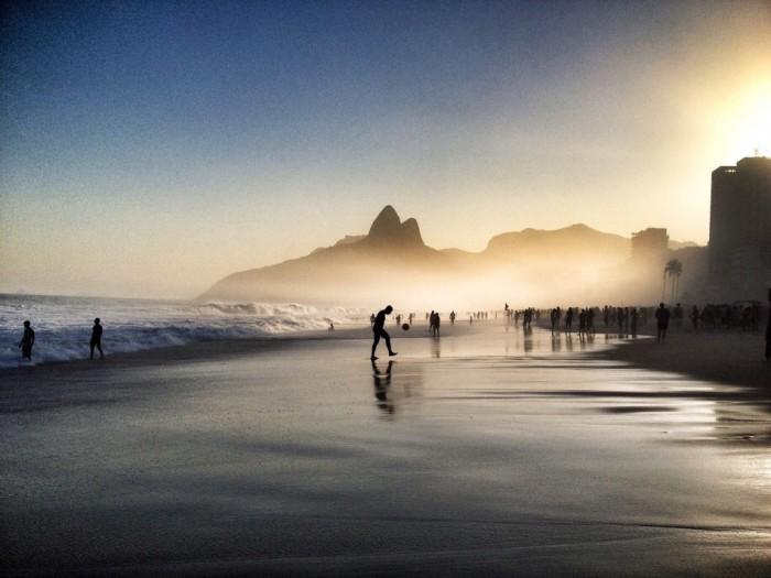 В Бразилии в футбол играют с утра до ночи. Именно на этом фото ярко проявляется страсть бразильцев к футболу. Фотограф Фабио Альварез (Fabio Alvarez).