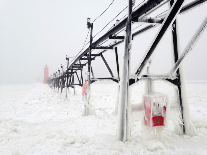 На озере Мичиган образовалась корка льда вплоть до границы с Чикаго. Этот нереальный ландшафт сфотографировала американка Хизер Госс (Heather Goss).