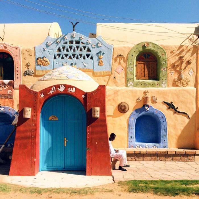 Городок Асуан с красочными домиками и дружелюбный людьми. Фотограф Ахмед Солемани (Ahmed Solimani).