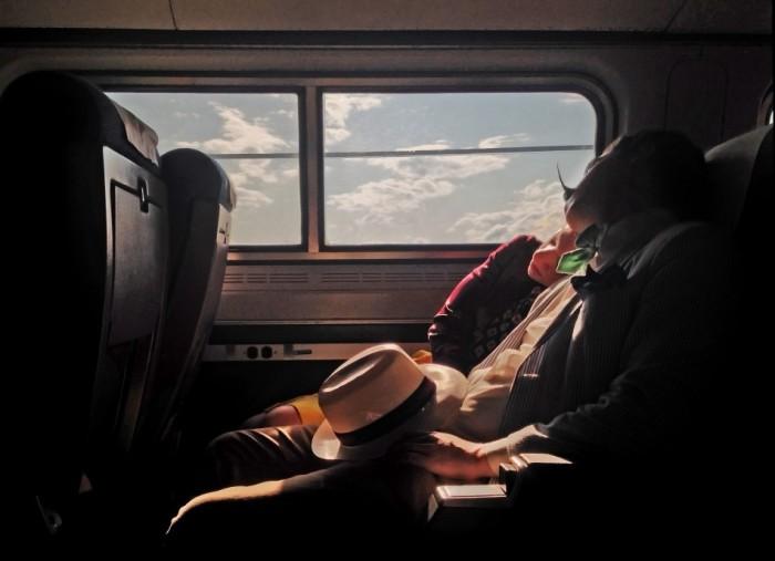 Пара, дремлющая в пригородном поезде. Фотограф Ивонн Лу (Yvonne Lu).