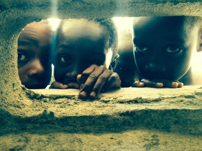 Школа построена из шлакоблоков, отверстия в которых и служат детям в качестве окон. Фотограф Джереми Керн (Jeremy Kern).