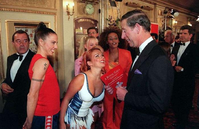 Девушки из группы «Spice girls» шутят с принцем Чарльзом на концерте в Манчестере.
