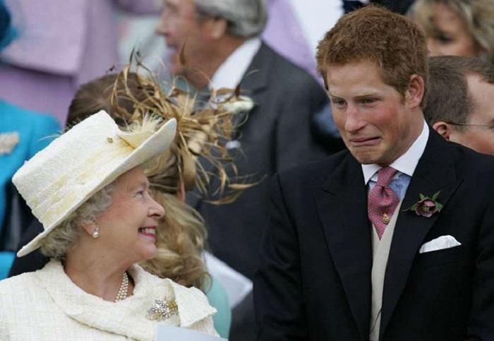 Королева Елизавета II и принц Гарри на свадьбе принца Чарльза Уэльского и Камиллы Паркер Боулз шутили и веселились вовсю.