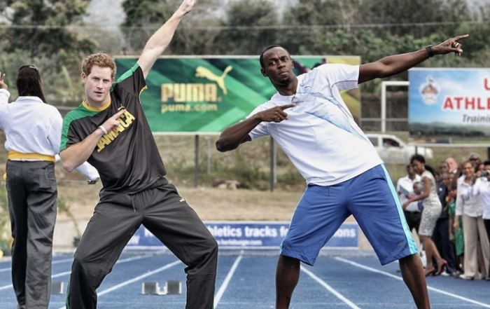 Принц Гарри позирует с ямайским спортсменом Усэйном Болтом, после беговой дуэли на Ямайке.