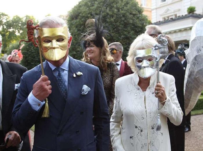 Принц Чарльз со своей супругой герцогиней Камиллой скрываются за масками на приеме, устроенном благотворительной организацией ради сохранения индийских слонов.