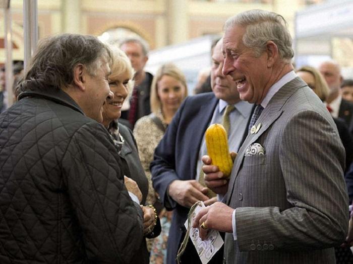 Принц Чарльз с кабачком в руках на выставке «Съедобный сад», которая проходила в Александра-палас (Лондон).