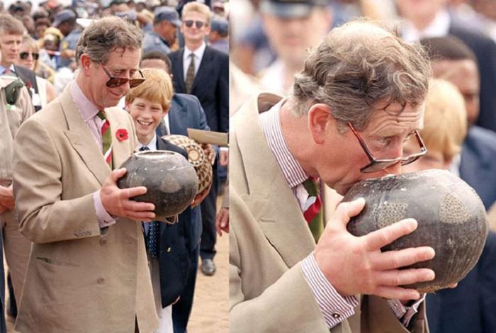 Принц Чарльз Уэльский и еще юный принц Гарри посещают деревню зулу в Южной Африке.