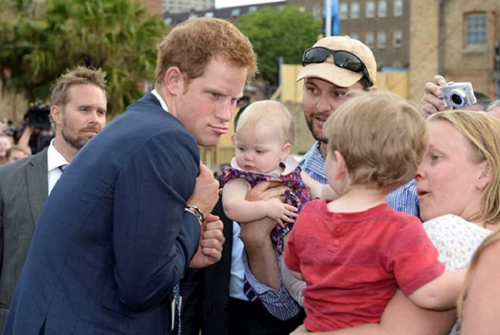 Принц Гарри строит рожицы, чтобы развеселить детвору во время визита на ежегодное международное мероприятие по осмотру судов в Сиднее.
