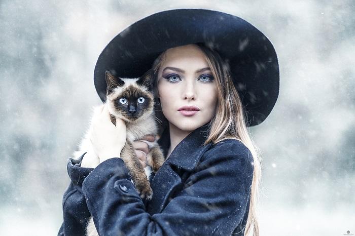 Девушки с кошками.