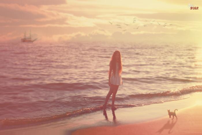 Девушка с котом у моря