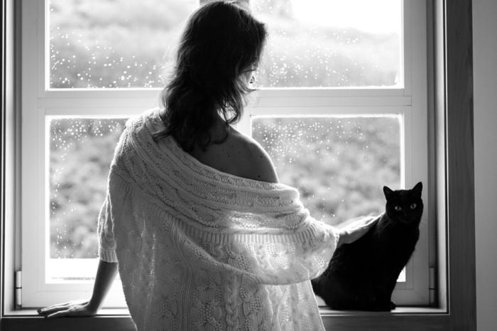Девушка в белом и черный кот. Автор фотографии: gondry.