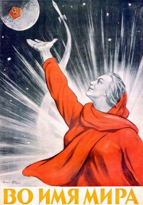 Женщина-мать в красном одеянии символ мира в СССР.