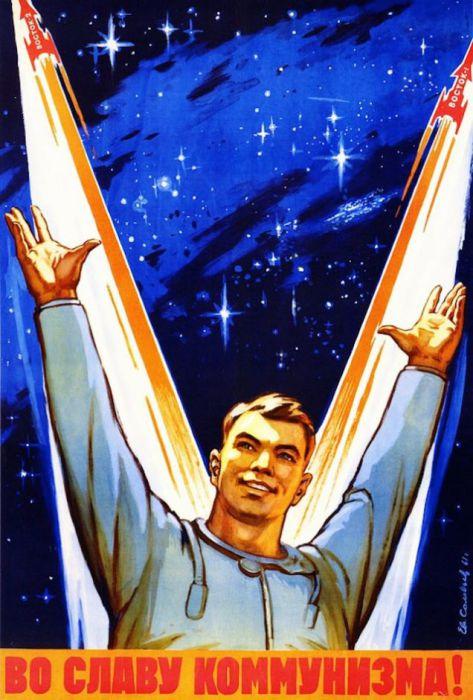 Космонавт с поднятыми руками вверх - символ победы.
