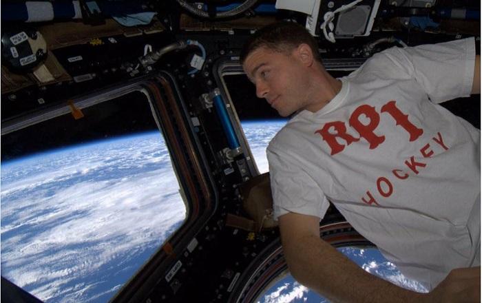 Взгляд на землю через иллюминатор космического корабля.