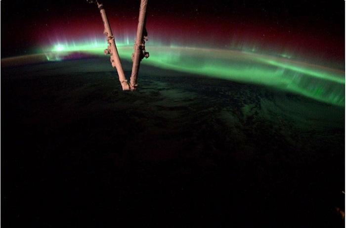 Разноцветные волны над земным шаром.