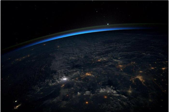 Завораживающий вид Земли из космоса ночью.